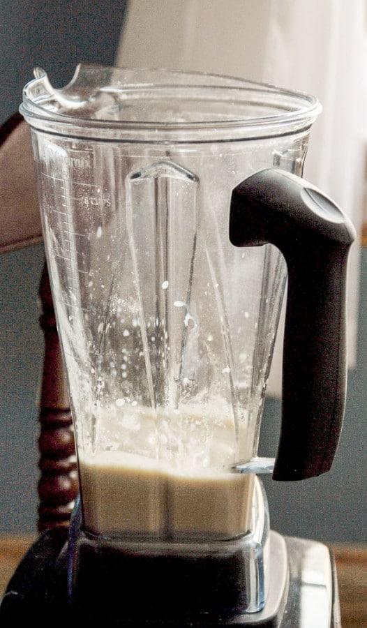 How to Make Vegan Cashew Cream Frosting//heartofabaker.com