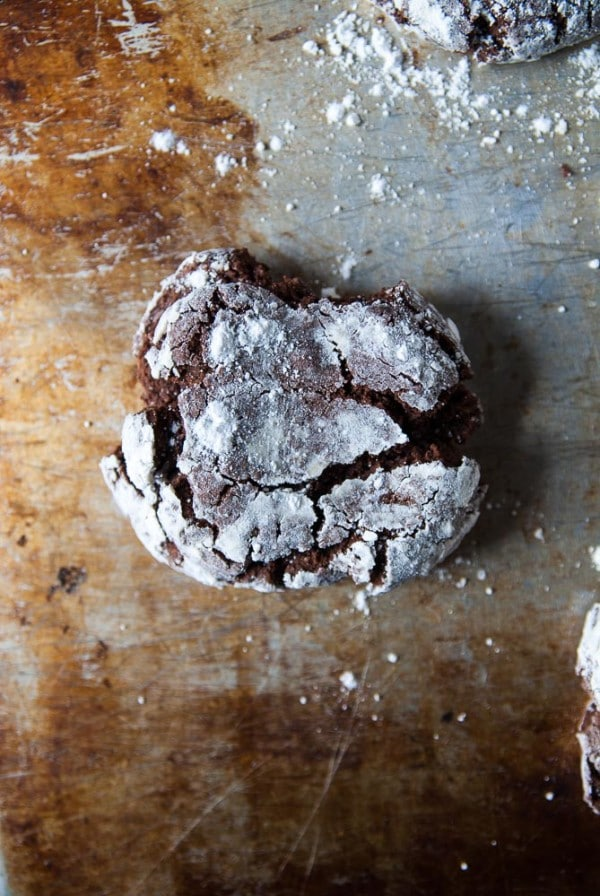 Vegan Chocolate Crinkle Cookies//heartofabaker.com
