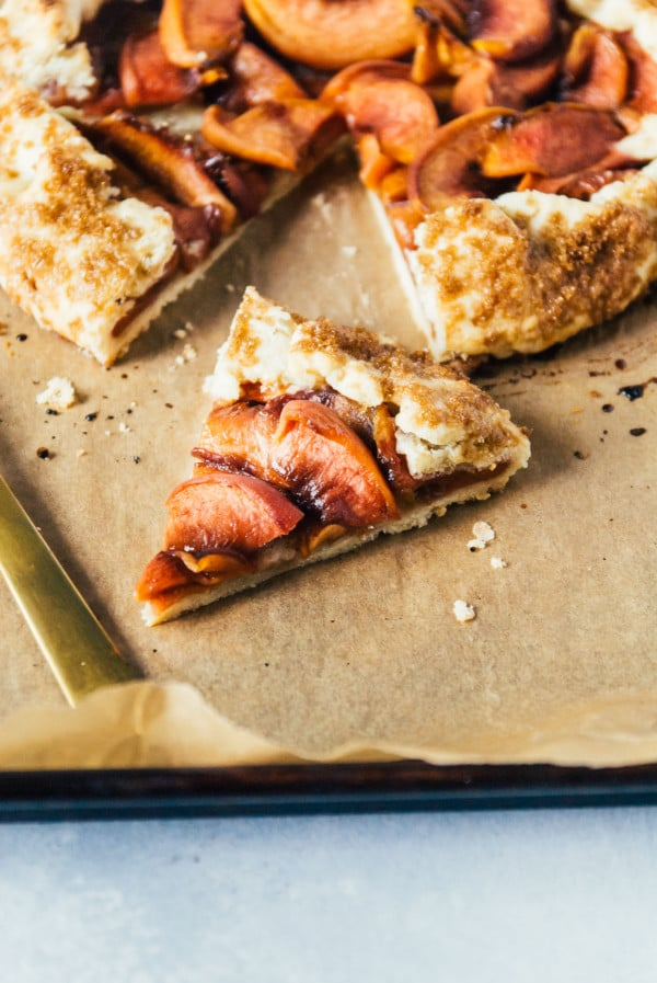 A brown sugar vegan peach pie, with plenty of juicy peaches and a sweet, flaky brown sugar vegan pie crust recipe made with coconut oil!