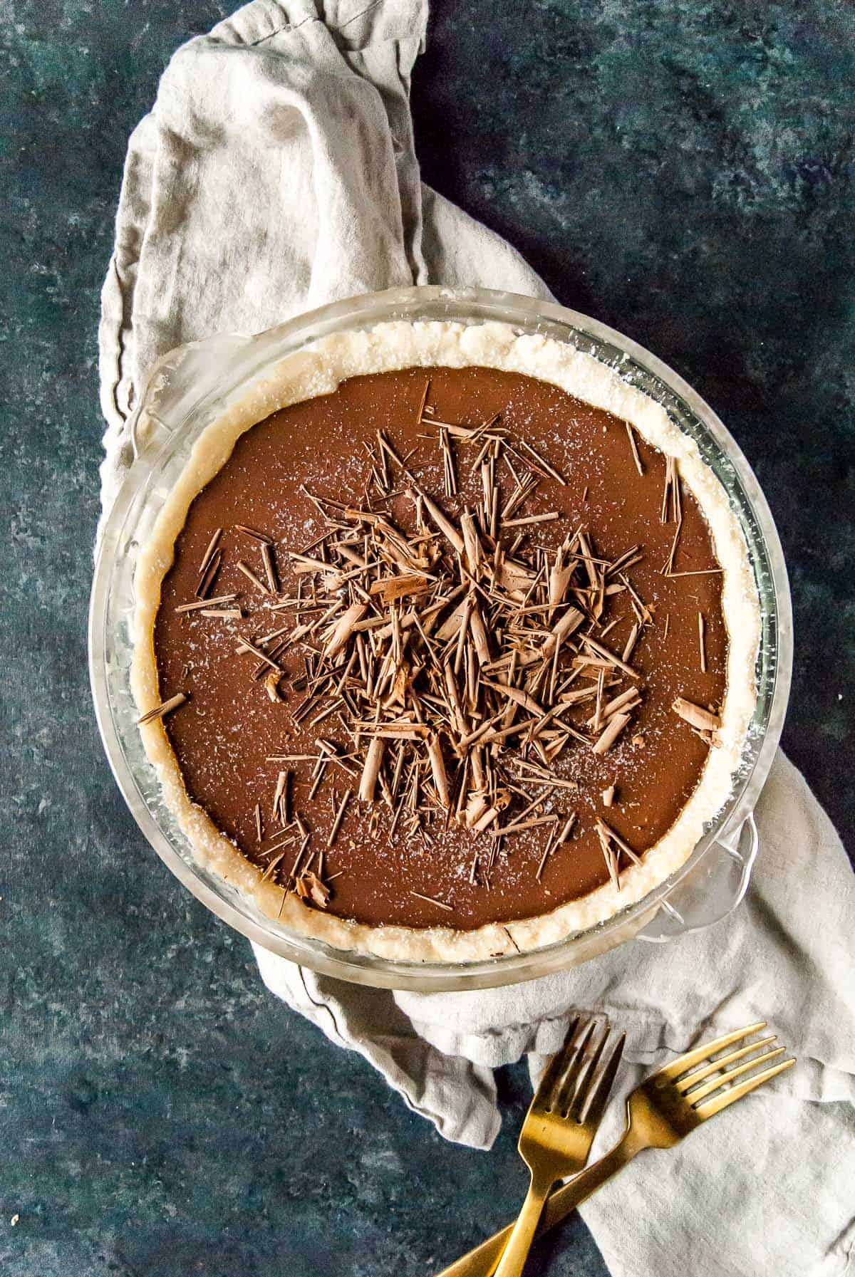 vegan chocolate cream pie with chocolate shavings