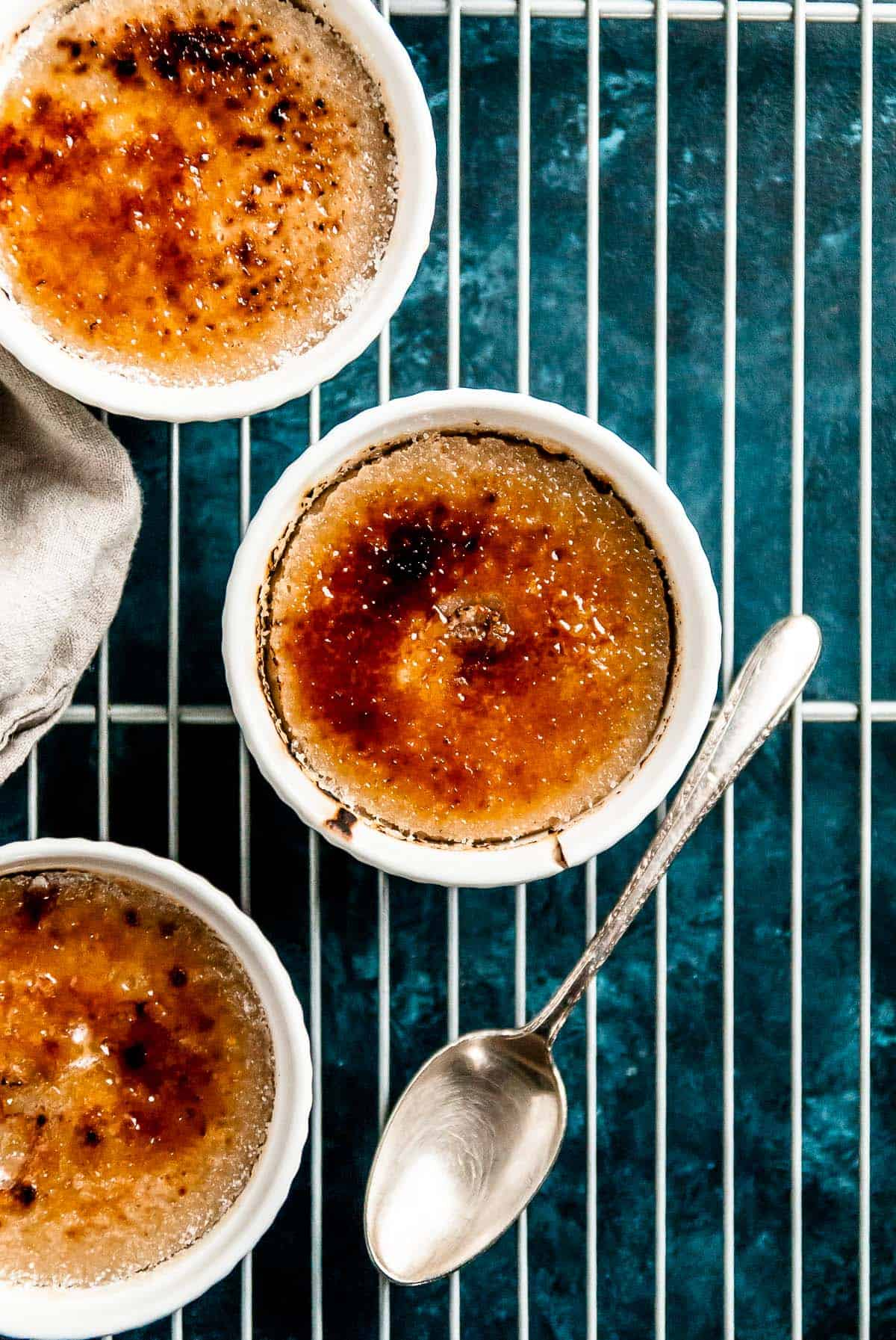 Your favorite vegan creme brulee, with a gingerbread twist! This vanilla gingerbread vegan creme brulee is a perfect addition to your holiday dessert table.